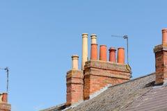 Victoriaanse schoorstenen op dak van de bouw Royalty-vrije Stock Foto's