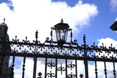 Victoriaanse smeedijzerlamp en poort stock afbeelding