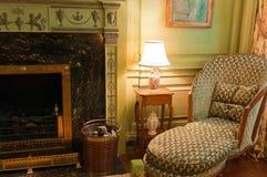 Victoriaanse stoel dichtbij open haard royalty-vrije stock foto's