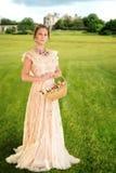 Victoriaanse vrouw met mand van rozen Royalty-vrije Stock Fotografie
