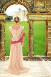 Victoriaanse vrouw met roze sjaal stock fotografie