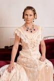 Victoriaanse vrouwenzitting op rode laag royalty-vrije stock foto's