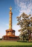 Victory Column avec l'ange d'or sur le dessus à Berlin Image stock