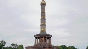 Victory Column In Berlin, Alemania en el verano, inclinación encima del tiro almacen de metraje de vídeo
