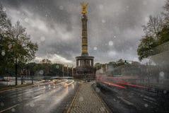 Victory Column i Berlin, Tyskland under vinter royaltyfri foto
