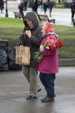 Victory Day beröm i Moskva Krigsveteran och ung kvinna royaltyfri fotografi