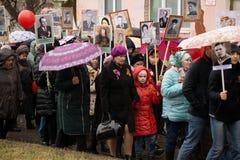 Victory Day: De onsterfelijke regimentsparade is op Mensen met portretten van die gedood in de Tweede Wereldoorlog - Berezniki op royalty-vrije stock foto's