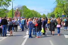 Victory Day - mensen bij de kruising van Gornaya-Straat en Gvardeysky-Weg royalty-vrije stock fotografie