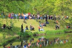 Victory Day - mensen op de bank van een sloot in Overwinningspark royalty-vrije stock foto's