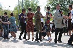 Victory Day som dansar i parkera kan ledare på 9 Royaltyfri Foto