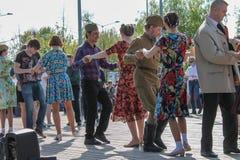 Victory Day som dansar i parkera kan ledare på 9 Arkivfoto