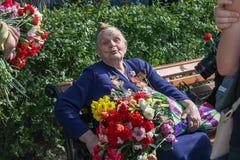Victory Day, veterano de la abuela del gran editorial patriótico de la guerra Foto de archivo
