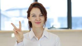 Victory Gesture, donna in ufficio immagini stock libere da diritti