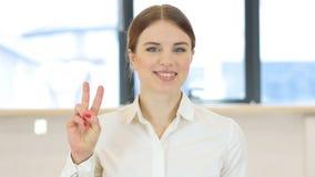 Victory Gesture, donna in ufficio immagini stock