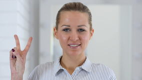 Victory Gesture, Vrouwenportret in Bureau stock videobeelden