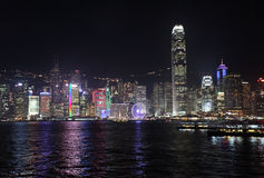 Victory Harbour avec la vue au centre de la finance internationale deux par nuit, Hong Kong Photographie stock