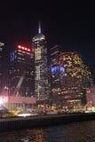 Victory Harbour com construção de plaza central na noite, Hong Kong Fotos de Stock Royalty Free