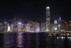 Victory Harbour con vista al centro de las finanzas internacionales dos por noche, Hong Kong Fotografía de archivo
