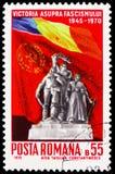 Victory Monument e bandeiras de Romênia e de URSS, 25 anos - serie de Victory Over Fascism, cerca de 1970 imagens de stock