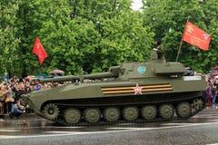 Victory Parade à Donetsk Défilé militaire consacré au soixante-dixième Image libre de droits