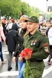 Victory Parade en Donetsk Regimiento inmortal 9 de mayo de 2015 Imágenes de archivo libres de regalías