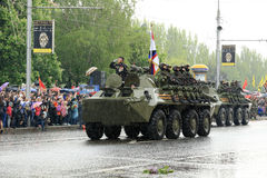 Victory Parade i Donetsk Militären ståtar hängivet till 70th Arkivbild