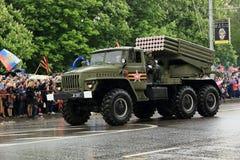 Victory Parade i Donetsk Militären ståtar hängivet till 70th Arkivfoto