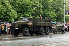 Victory Parade i Donetsk Militären ståtar hängivet till 70th Royaltyfri Foto