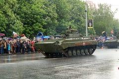 Victory Parade i Donetsk Militären ståtar hängivet till 70th Arkivfoton