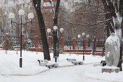 Victory Park in de winter Novokuybyshevsk, een monument van steensol stock afbeelding