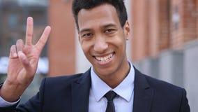 Victory Sign dall'uomo d'affari africano positivo immagini stock libere da diritti