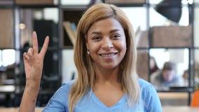 Victory Sign de la mujer negra joven, retrato