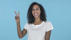 Victory Sign durch das afrikanische Mädchen lokalisiert auf blauem Hintergrund stock video footage