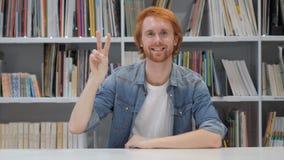 Victory Sign pelo homem com cabelos vermelhos vídeos de arquivo