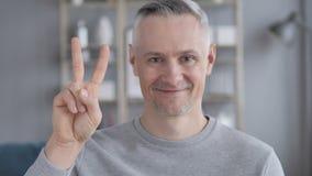 Victory Sign por Gray Hair Man positivo vídeos de arquivo