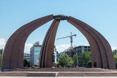 Victory Square i Bishkek, Kirgizistan, med en minnesmärke och en yttre flamma som minns de som dog i världskrig 2 Royaltyfria Foton