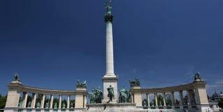 Victory Square Monument in Budapest unter einem tiefen blauen Himmel Lizenzfreies Stockbild