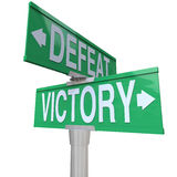 Victory Vs Defeat Two Way-Straßen-Verkehrsschild-Gewinn oder verlieren Lizenzfreies Stockfoto
