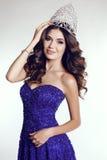 Victress del concurso de belleza que lleva el vestido lujoso de la lentejuela y la corona preciosa Imagenes de archivo