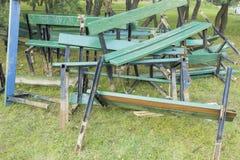 Vidé dans une pile des bancs en bois cassés de vert Photographie stock