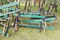 Vidé dans une pile des bancs en bois cassés de vert Image stock