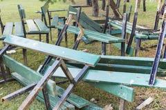 Vidé dans une pile des bancs en bois cassés de vert Image libre de droits