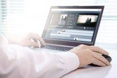 Vidéo éditant avec l'ordinateur portable Fonctionnement professionnel de rédacteur photo libre de droits
