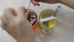 Vidéo étroite de faire une tasse du thé noir avec un sachet à thé frais en eau chaude banque de vidéos