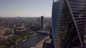Vidéo aérienne à Moscou, parmi les bâtiments grands et vieux banque de vidéos