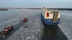 Vidéo aérienne d'un bateau de transporteur de véhicule de voiture sur le fleuve Delaware congelé Philadelphie clips vidéos