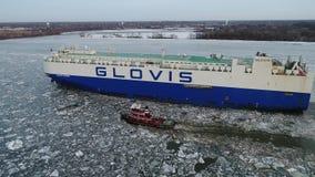 Vidéo aérienne d'un bateau de transporteur de véhicule de voiture sur le fleuve Delaware congelé Philadelphie banque de vidéos