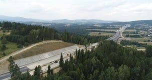 Vidéo aérienne de bourdon de construction de route et de viaduc clips vidéos