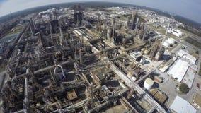 Vidéo aérienne de bourdon de raffinerie de pétrole clips vidéos