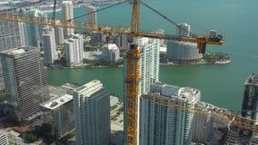 Vidéo aérienne de bourdon de Miami Longueur d'une grue à un chantier de construction ayant beaucoup d'étages banque de vidéos